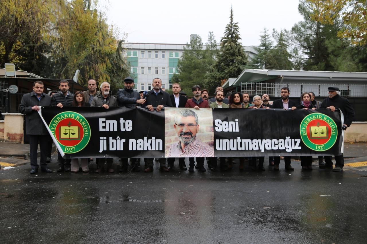 Baro Başkanımız Tahir ELÇİ'nin Katledilişinin 206. Haftası Anma Etkinliği Diyarbakır Adliyesi Önünde Gerçekleştirildi...