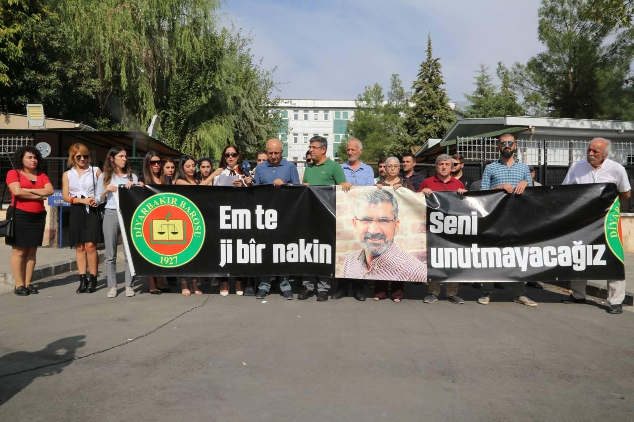 Baro Başkanımız Tahir ELÇİ'nin Katledilişinin 197. Haftası Anma Etkinliği Diyarbakır Adliyesi Önünde Gerçekleştirildi...