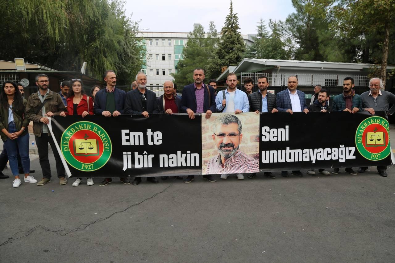 Baro Başkanımız Tahir ELÇİ'nin Katledilişinin 200. Haftası Anma Etkinliği Diyarbakır Adliyesi Önünde Gerçekleştirildi...