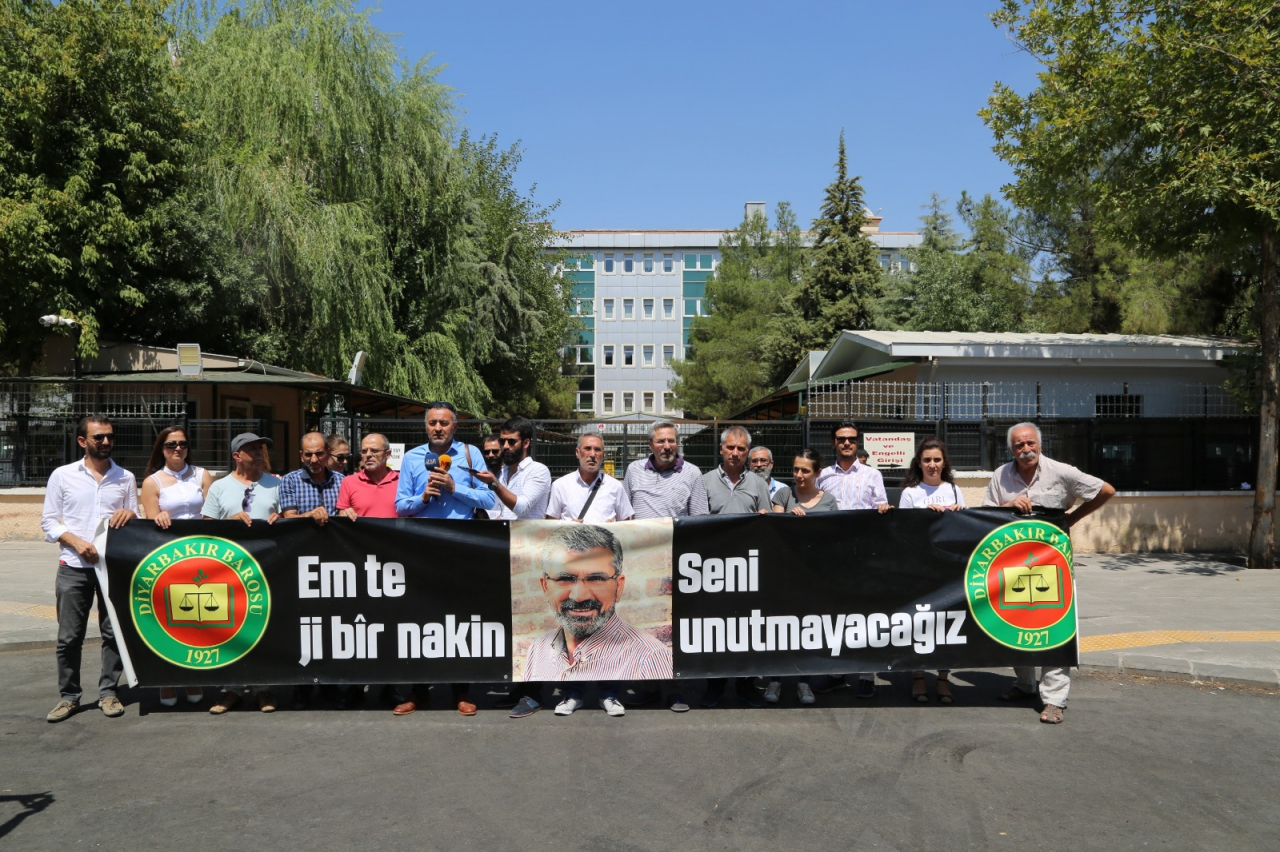 Baro Başkanımız Tahir ELÇİ'nin Katledilişinin 188. Haftası Anma Etkinliği Barış Akademisyenleri'nin Katılımıyla Diyarbakır Adliyesi Önünde Gerçekleştirildi...